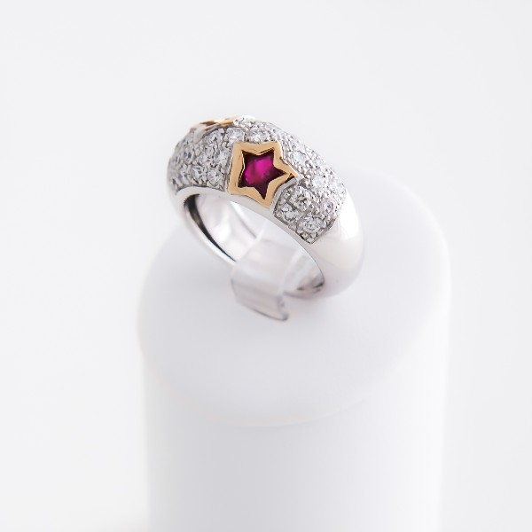 Bague or gris ,pavée de diamants et deux rubis .